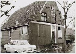 Het krakkemikkige wevershuis aan Dorpsstraat 515-517 te Assendelft