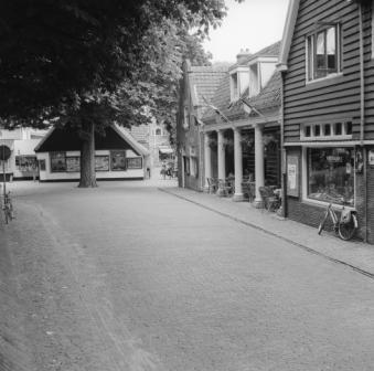 Het Huis met de Pilaren aan de Raadhuisstraat in Bergen, ca. 1965-1970.
