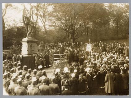 Viering van Alkmaars Ontzet bij het Victoriebeeld, 1917.