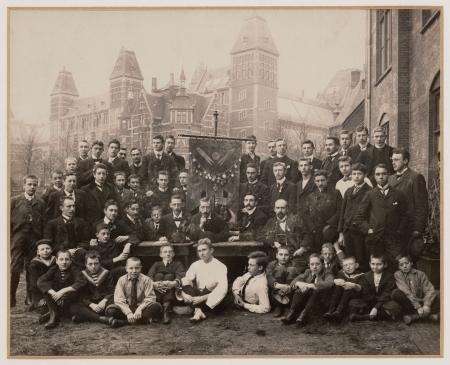 De cricketclub poseert voor het Rijksmuseum