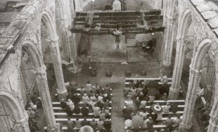 Een kerkdienst in de resten van de afgebrande Maartenskerk.