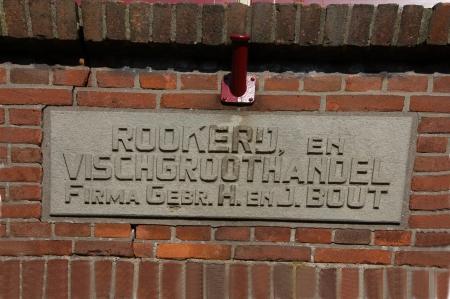 De gevelsteen van de gebroeders H. en J. Bout.