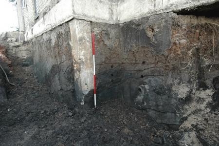 Een doorsnede van de dijk, onder het woonhuis bij boezemgemaal Halfweg.