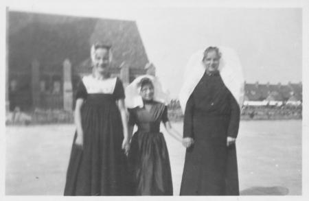 Jonge polderbewoners laten trots hun afkomst zien tijdens Polderdag (1934 of 1935).