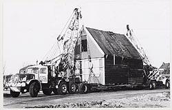 De voormalige bakkerij op transport naar de Zaanse Schans, 1970