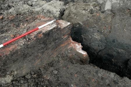 De dijkmuur op de plek waar is gesloopt voor de bouw van de woonhuizen.