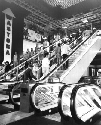 Drukte op de roltrappen van het nieuwe winkelpand van 'De Gros' en Wastora in september 1981.