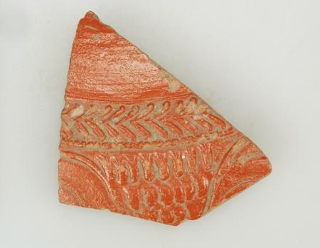 Terra sigillata fragment van een kom type Dragendorff 37, versierd met streepjesmotief.