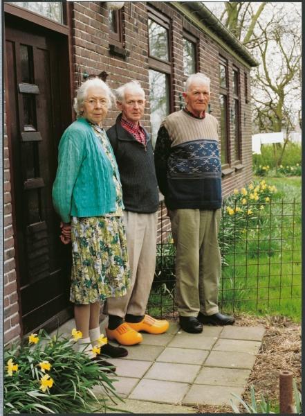 Afra, Rinus en Theo Mul voor hun boerderij aan de Noordervaart (Schermer).