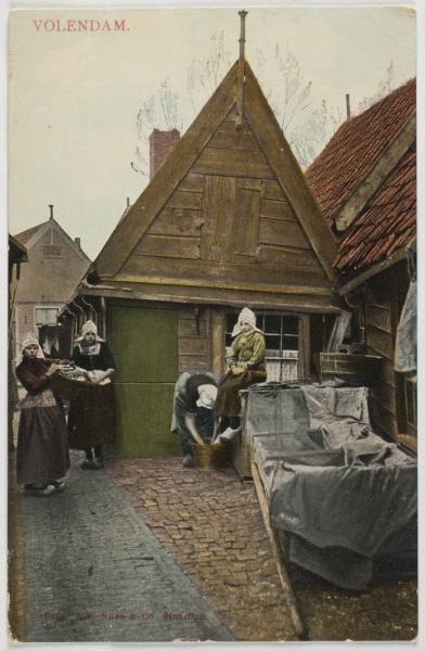 Vrouwen in Volendam.