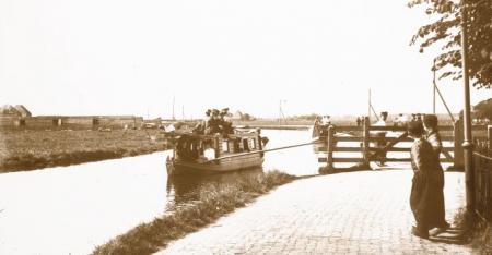 Trekschuit langs het Edammerpad, circa 1910.