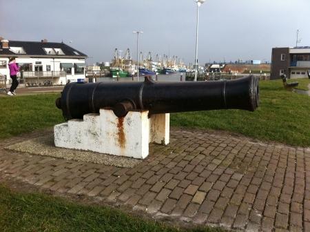 Een kanon uit de 18e eeuw staat opgesteld in de haven van Oudeschild