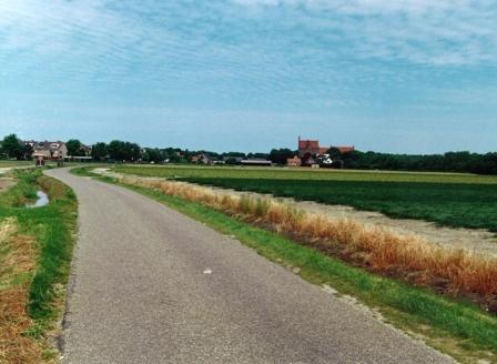 Zanddijk met rechts Abdij van Egmond.