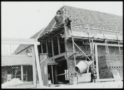 De sloop van het Wees- en Armenhuis van Westzaan in 1955
