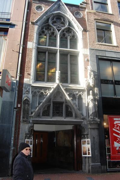 De gevel van De Papegaai aan de Kalverstraat.