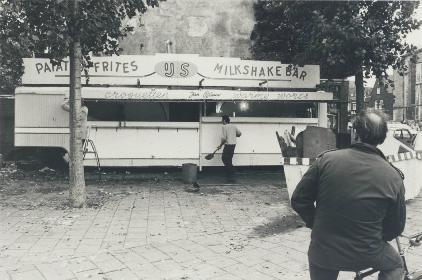 De patates friteskraam van Blauw op de hoek Kerkplein/Canadaplein wordt afgebroken, 1982.