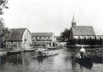 Het dagelijks leven in Broek op Langedijk, gezien vanaf de Achterburggracht, ca. 1910.