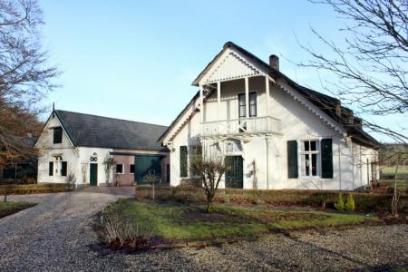 Classicistische boerderij met monumentale schuur.