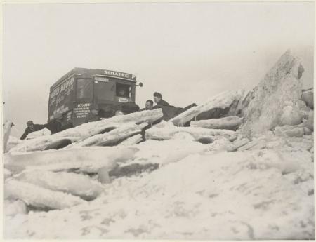 De eerste auto die van Enkhuizen naar Urk reed, winter 1928-1929. PA 559-01564