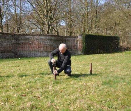 Andries Vonk aan het werk in de tuin van Beeckestijn.