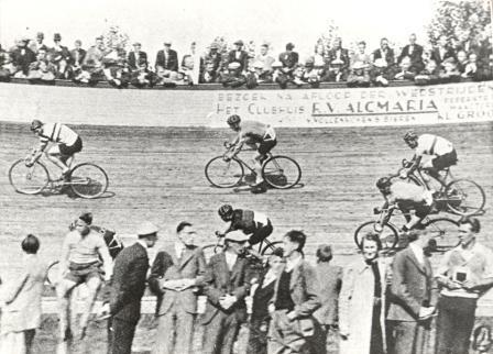 Moment uit de 10 km wedstrijd voor professionals en onafhankelijken op de wielerbaan, circa 1935.