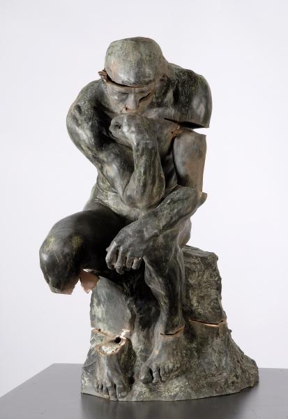Het gehavende beeld De Denker van Rodin.