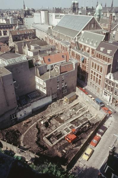 Opgraving aan de Warmoesstraat en de Wijde Kerksteeg in 1983, gezien vanuit de toren van de Oude Kerk.