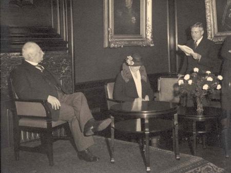 Afscheid van dr. Karel van Aalst als president van de NHM in de Grote Vergaderzaal van Vijzelstraat 32. Hij wordt toegesproken door zijn opvolger mr. Daan Crena de Iongh, juni 1934.