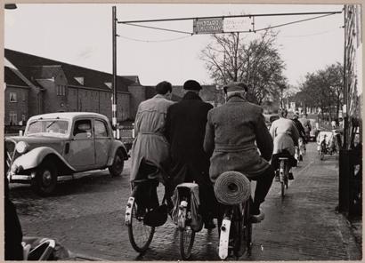 Drukte bij de spoorwegovergang over de Bergerweg in 1954.