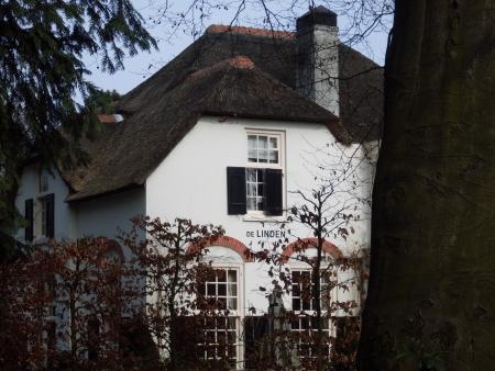 Het pension De Linden aan de Oude Naarderweg 12 te Laren.