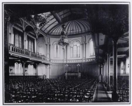 Interieur gebouw 'Vereeniging Vrije Gemeente', later Paradiso. Foto uit circa 1900