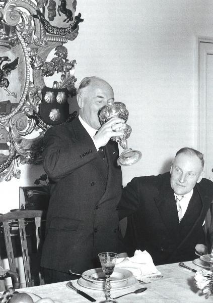 Commissaris der Koningin dr. M.J. Prinsen ledigt de hensbeker, 1960. Rechts dijkgraaf J. Posch.