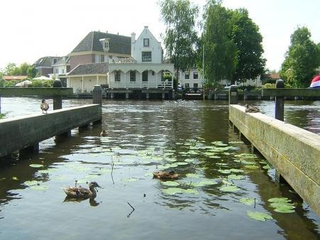 Amstel kabbelt bij Brugstraat.