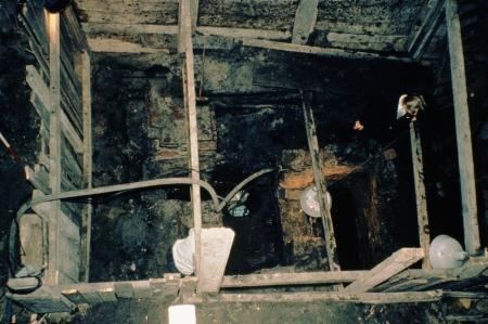Een van de opgravingen binnen de Oude Kerk, van bovenaf gezien.