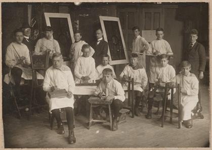 Gezellen van de schildersopleiding, ca. 1925.