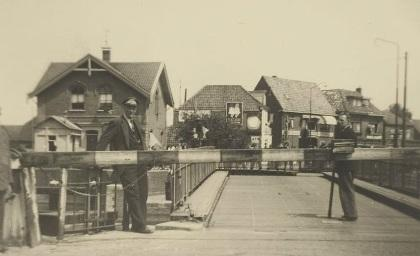 Oude Friesebrug met gesloten slagboom en twee brugwachters in 1952.