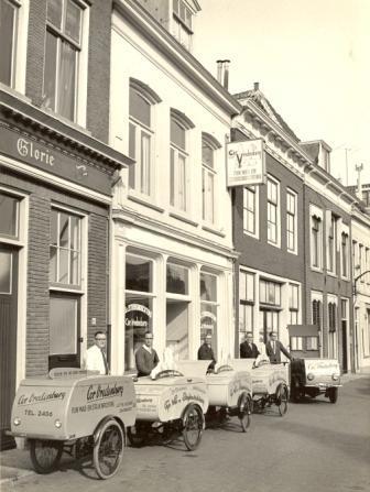 De firma Vredenburg aan het Luttik Oudorp rond 1960, met voor de zaak de bakfietsen waarmee de was werd vervoerd.