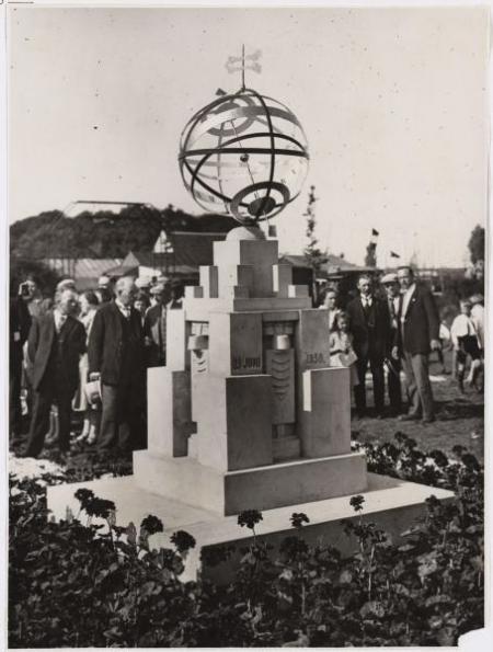 Onthulling van een zonnewijzer ter gelegenheid van het tienjarig bestaan van volkstuinpark Nut & Genoegen, 1930.