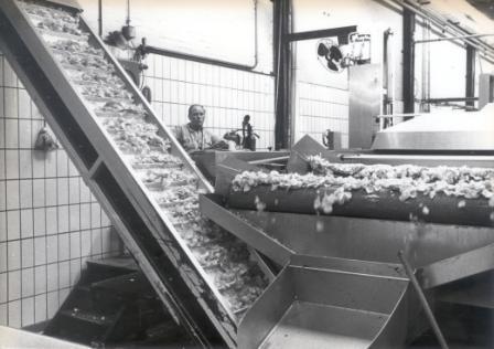 Een werknemer houdt in 1978 het productieproces van de chips in de gaten.