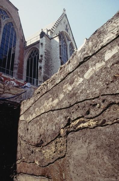 Een profiel van de opgravingput op het Oudekerksplein in 1997 met de rondom lopende kerkhofsloot.