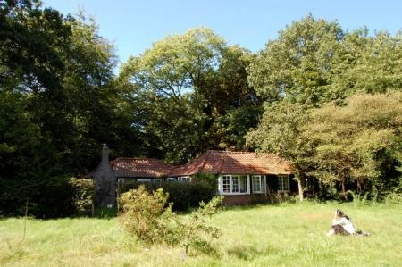 De oorspronkelijke hut: nu aan de Schapendrift te Blaricum, in bezit van de Dooyewaard Stichting.