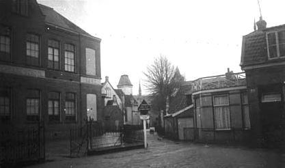 Ambachtsschool (links).