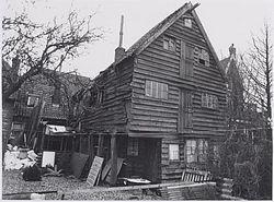 Het vervallen vleethuis aan Hoogstraat 46 in Koog aan de Zaan, ca. 1950