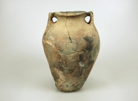 Handgevormde pot met twee knobbeloren.