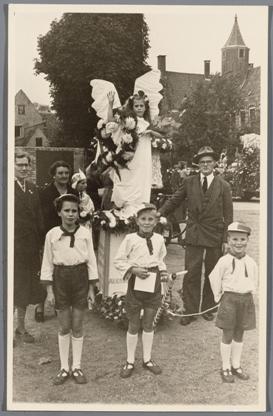 Deelnemers aan de kinderoptocht bij de viering van 8 oktober in 1953.