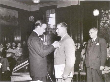 Prins Bernhard reikt de eerste Zilveren Anjer uit aan A.J.Th. Thijssen, initiatiefnemer en regisseur van de Passiespelen in Tegelen, in de Grote Vergaderzaal van Vijzelstraat 32, Amsterdam, 1950.