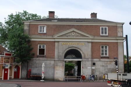 De poort van het voormalig Entrepotdok