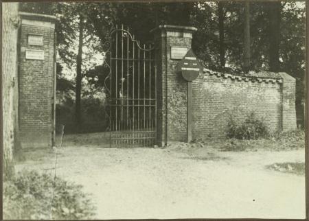 Het ingangshek van de voormalige buitenplaats Duinvliet.
