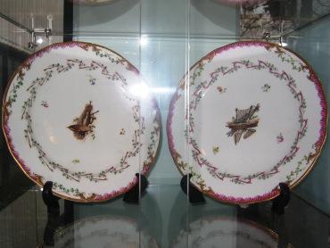 Twee porseleinen borden.