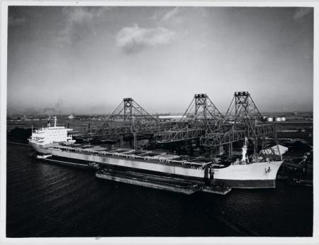 Een overslagbedrijf in de haven, 1965.
